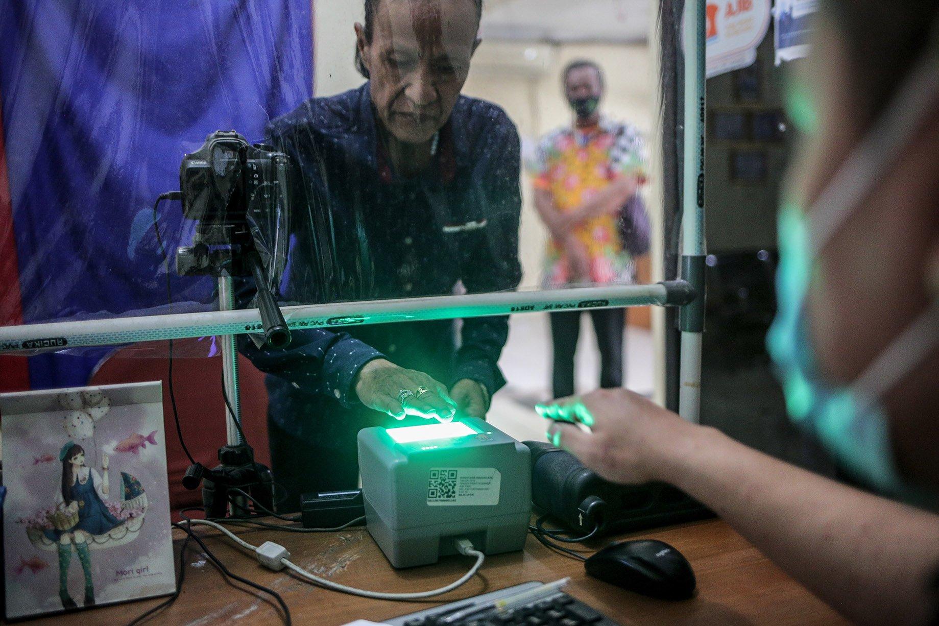 Sejumlah transpuan menaiki tangga saat akan merekam sidik jari dan tes biometrik untuk membuat KTP elektronik di Kantor Kelurahan Cilandak Barat, Jakarta Selatan, Kamis (16/9/2021). KTP elektronik bagi transgender perempuan (transpuan) agar mereka bisa mendapatkan pelayanan publik seperti jaminan sosial, kesehatan, hingga pendidikan.