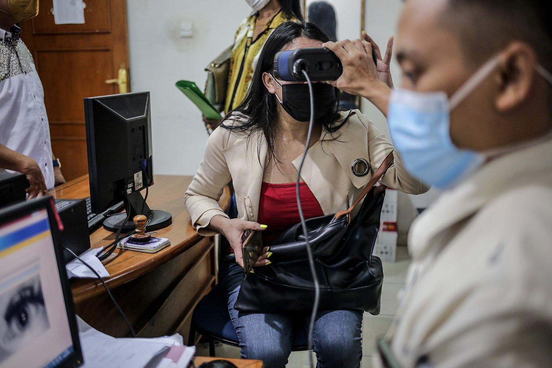 Seorang transpuan melakukan tes biometrik untuk membuat KTP elektronik di Suku Dinas Kependudukan dan Catatan Sipil Jakarta Selatan, Kamis (16/9/2021). KTP elektronik bagi transgender perempuan (transpuan) agar mereka bisa mendapatkan pelayanan publik seperti jaminan sosial, kesehatan, hingga pendidikan.