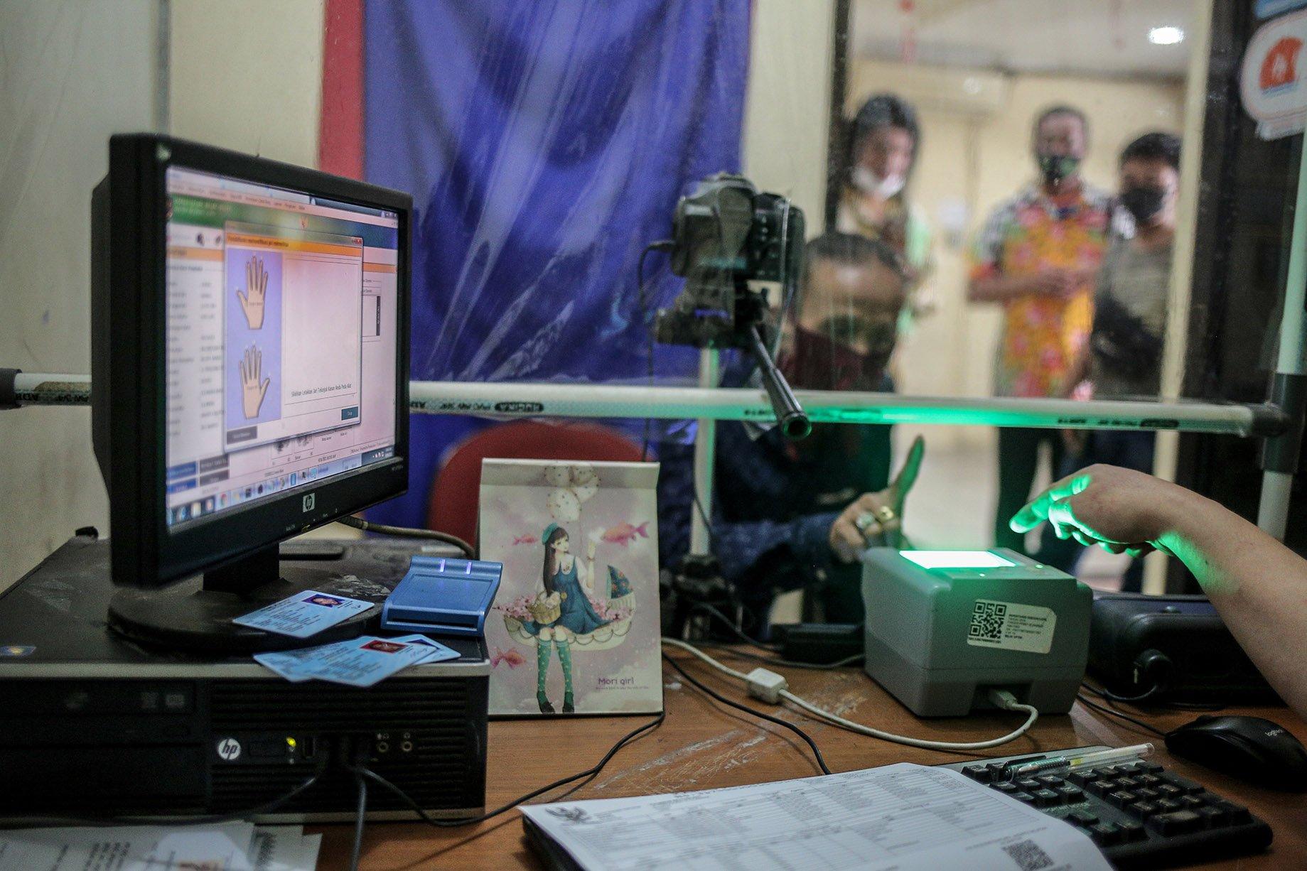 Seorang transpuan melakukan tes biometrik untuk membuat KTP elektronik di Kantor Kelurahan Cilandak Barat, Jakarta Selatan, Kamis (16/9/2021). Kepemilikan KTP elektronik bagi transgender perempuan (transpuan) agar mereka bisa mendapatkan pelayanan publik seperti jaminan sosial, kesehatan, hingga pendidikan.