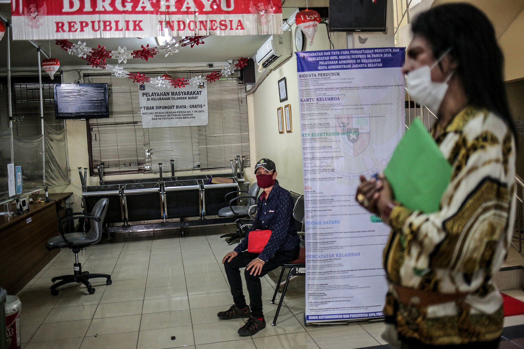 Sejumlah transpuan menunggu antrean saat melakukan tes biometrik untuk membuat KTP Elektronik di Kantor Kelurahan Cilandak Barat, Jakarta Selatan, Jakarta, Kamis (16/9/2021). KTP elektronik bagi transgender perempuan (transpuan) agar mereka bisa mendapatkan pelayanan publik seperti jaminan sosial, kesehatan, hingga pendidikan.