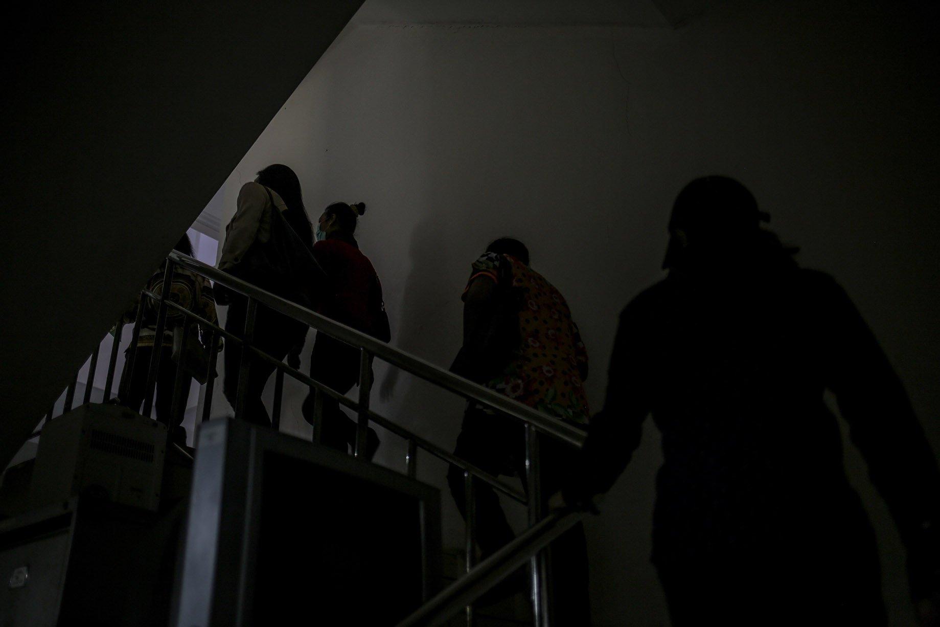 Sejumlah transpuan menaiki tangga saat akan merekam sidik jari dan tes biometrik untuk membuat KTP elektronik di Suku Dinas Kependudukan dan Catatan Sipil Jakarta Selatan, Kamis (16/9/2021). KTP elektronik bagi transgender perempuan (transpuan) agar mereka bisa mendapatkan pelayanan publik seperti jaminan sosial, kesehatan, hingga pendidikan.