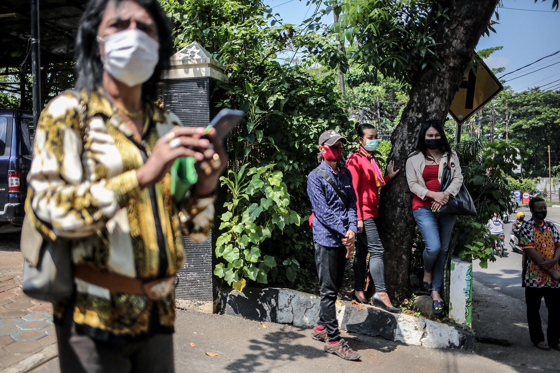 Sejumlah transpuan menunggu taksi usai membuat KTP Elektronik di Kantor Kelurahan Cilandak Barat, Jakarta Selatan, Jakarta, Kamis (16/9/2021). KTP elektronik bagi transgender perempuan (transpuan) agar mereka bisa mendapatkan pelayanan publik seperti jaminan sosial, kesehatan, hingga pendidikan.