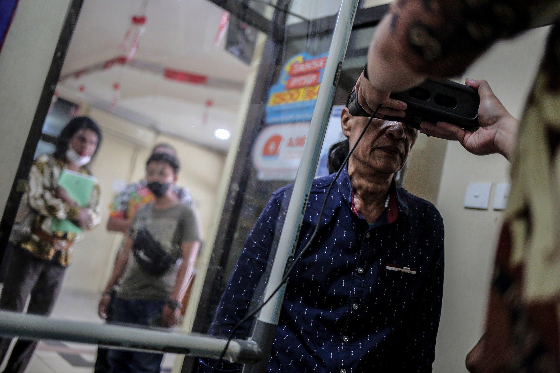 Seorang transpuan melakukan tes biometrik untuk membuat KTP Elektronik di Kantor Kelurahan Cilandak Barat, Jakarta Selatan, Jakarta, Kamis (16/9/2021). Kepemilikan KTP elektronik bagi transgender perempuan (transpuan) agar mereka bisa mendapatkan pelayanan publik seperti jaminan sosial, kesehatan, hingga pendidikan.