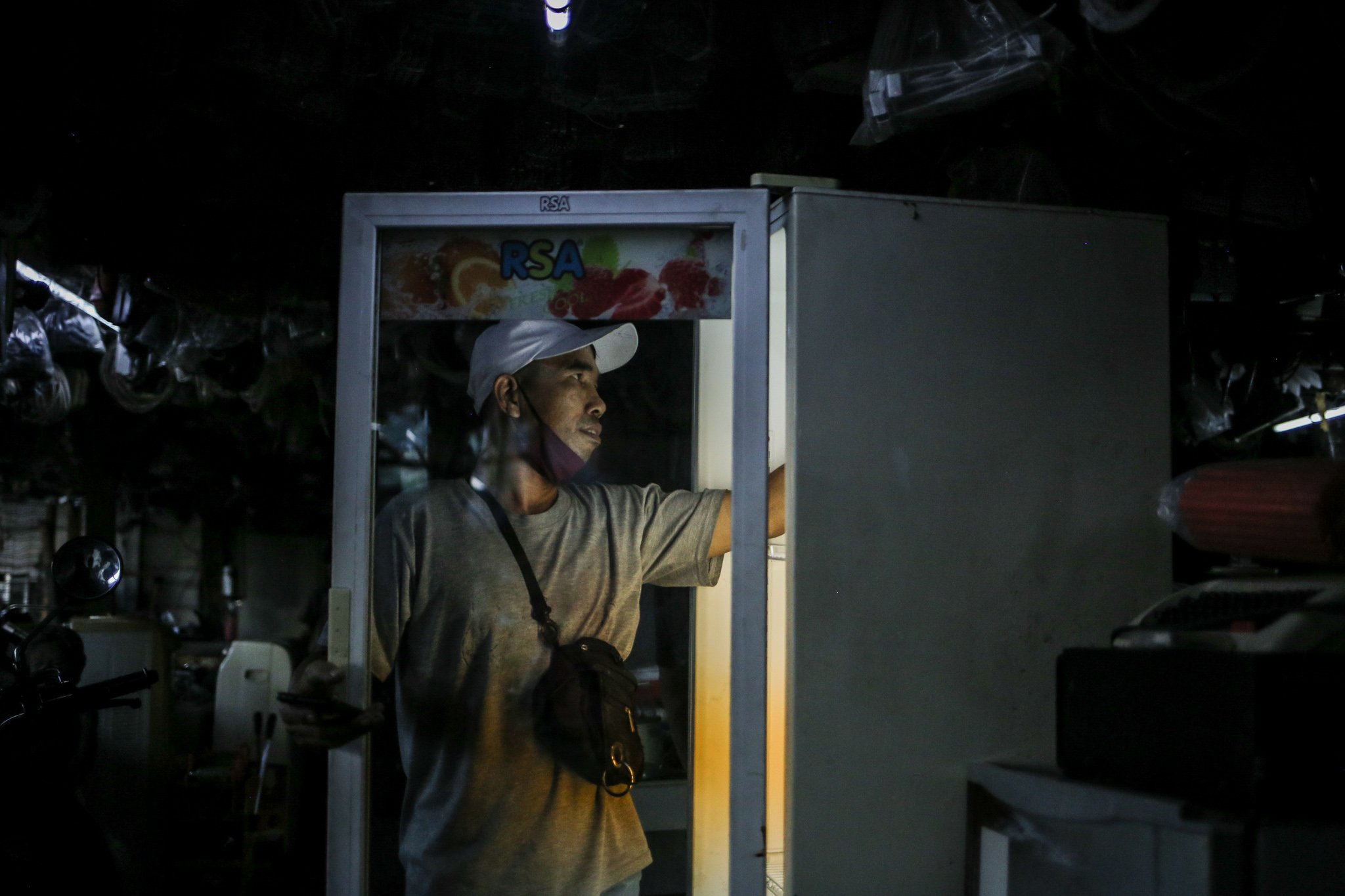 Pengunjung memeriksa kondisi kulkas bekas saat berbelanja di Mal Rongsok, Beji, Depok, Jawa Barat, jumat, (17/9/2021). Terdapat puluhan ribu jenis barang bekas, mulai dari elektronik hingga perabotan dapur dijejerkan di toko loak milik Nurcholis Agi pemilik usaha yang ia mulai dari hobi.
