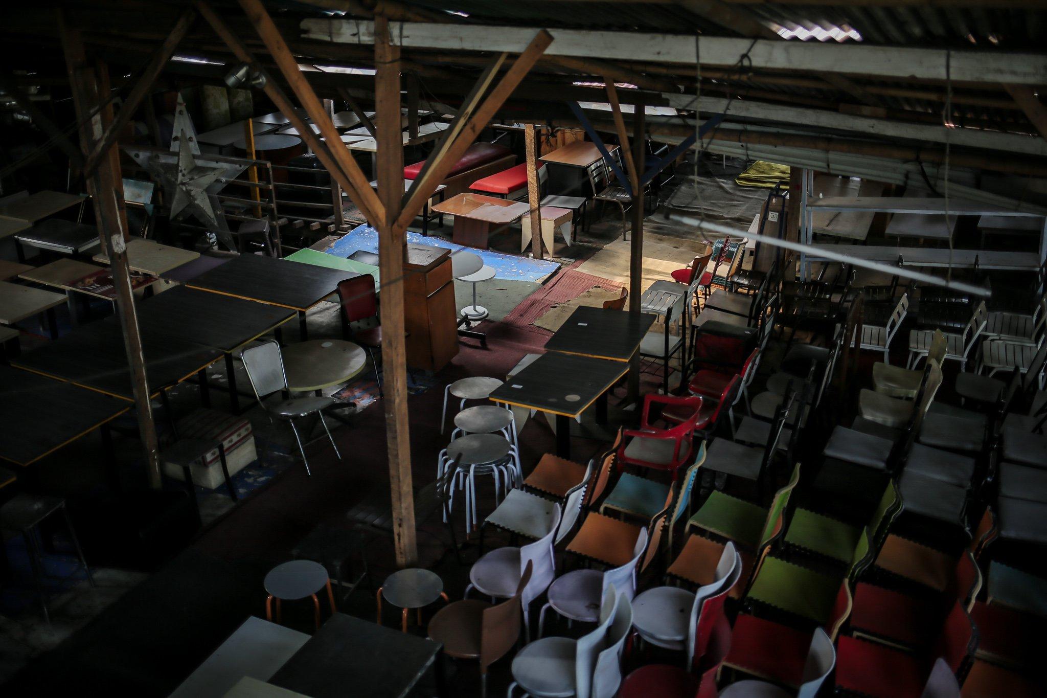 Berbagai jenis macam meja dan kursi dijejerkan di Mal Rongsok Beji, Depok, Jawa Barat, Jumat, (17/9/2021). Dinas Lingkungan Hidup (DLH) DKI Jakarta mencatat limbah eletronik pada periode Februari sampai dengan Oktober 2020 mencapai 22,6 ton atau sebanyak 22.683 kilogram.