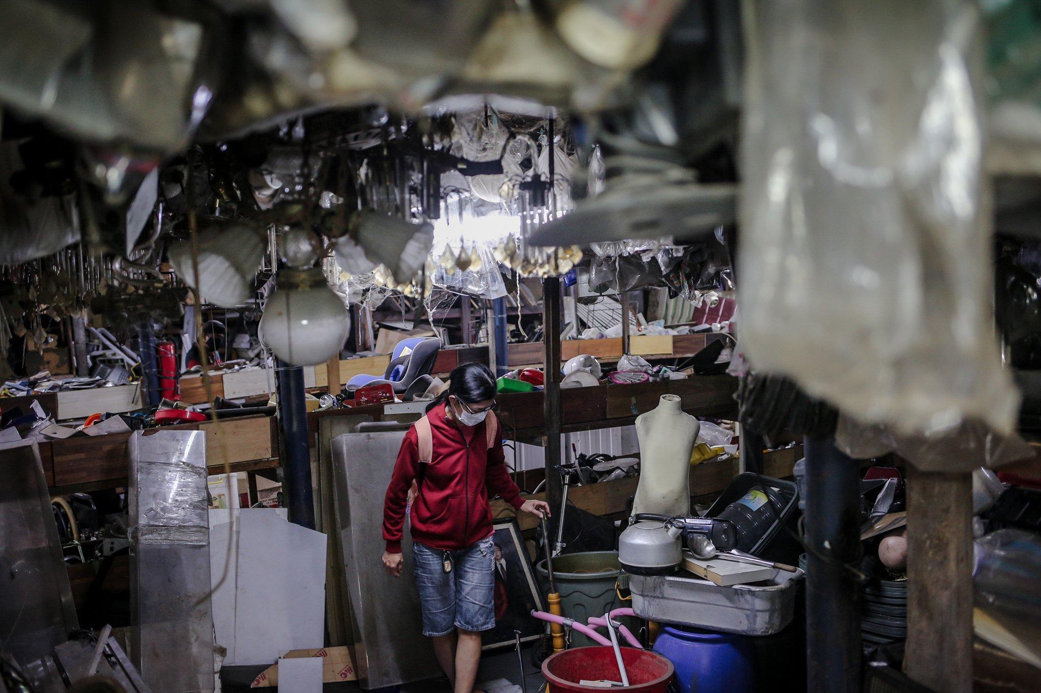 Pengunjung memilah barang bekas yang digantungkan di Mal Rongsok Beji, Depok, Jawa Barat, Jumat, (17/9/2021). Dinas Lingkungan Hidup (DLH) DKI Jakarta mencatat limbah eletronik pada periode Februari sampai dengan Oktober 2020 mencapai 22,6 ton atau sebanyak 22.683 kilogram.