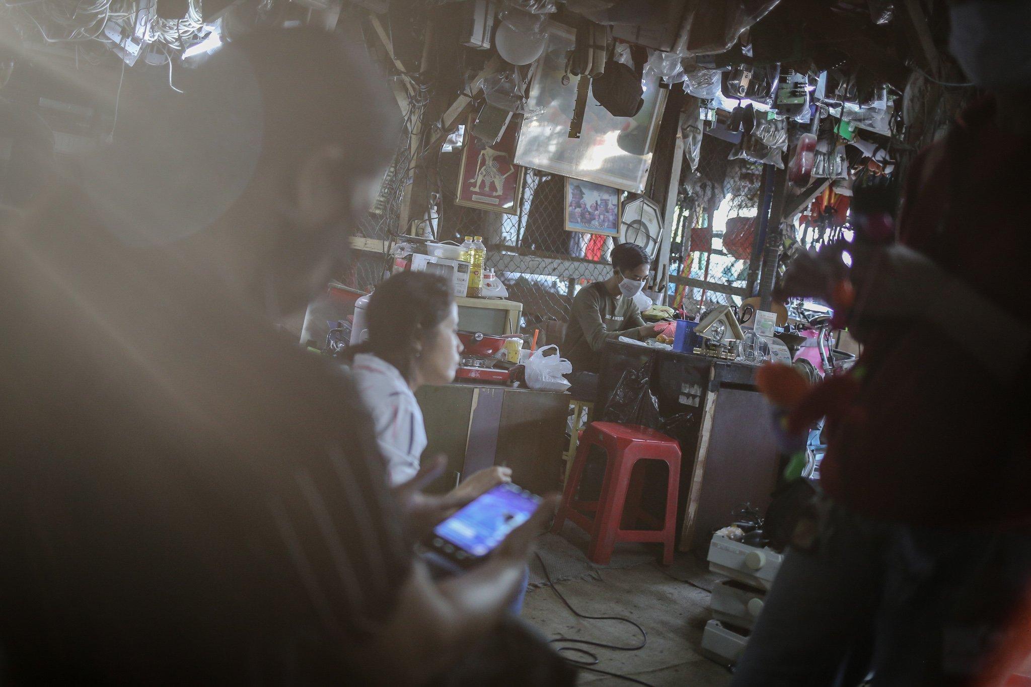 Pengunjung melakukan pembayaran menggunakan menggunakan Quick Response Indonesia Standard (QRIS) di Mal Rongsok Beji, Depok, Jawa Barat, Jumat, (17/9/2021). Selama masa pandemi Covid-19, sekitar 82,9% pelaku UMKM alami penurunan omzet. pemilik Mal Rongsok itu juga mengaku demikian.