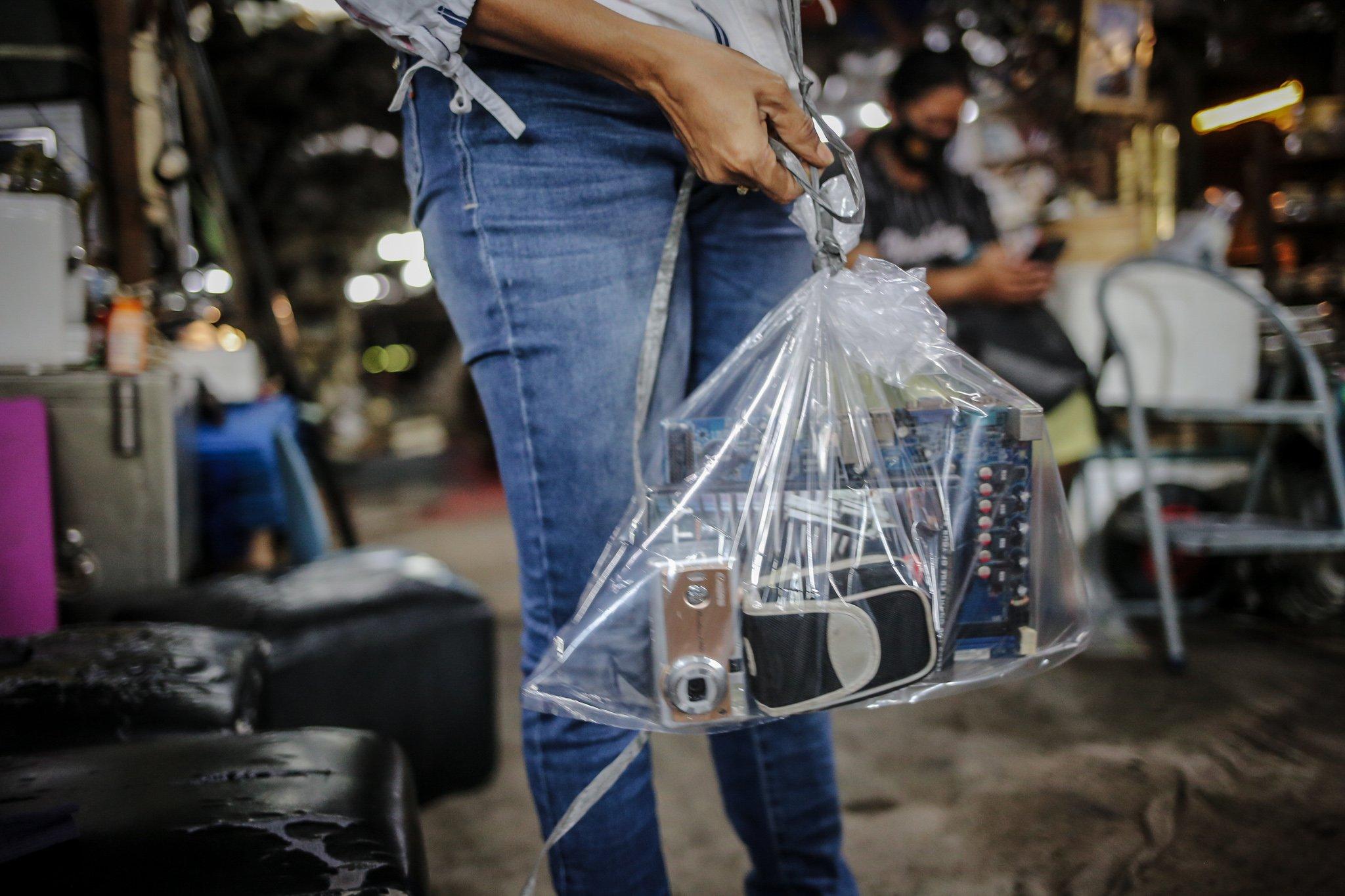 Pekerja mengemas barang-barang bekas ke dalam plastik kemudian digantungkan di Mal Rongsok Beji, Depok, Jawa Barat, Jumat, (17/9/2021). Selama masa pandemi Covid-19, sekitar 82,9% pelaku UMKM alami penurunan omzet. pemilik Mal Rongsok itu juga mengaku demikian.
