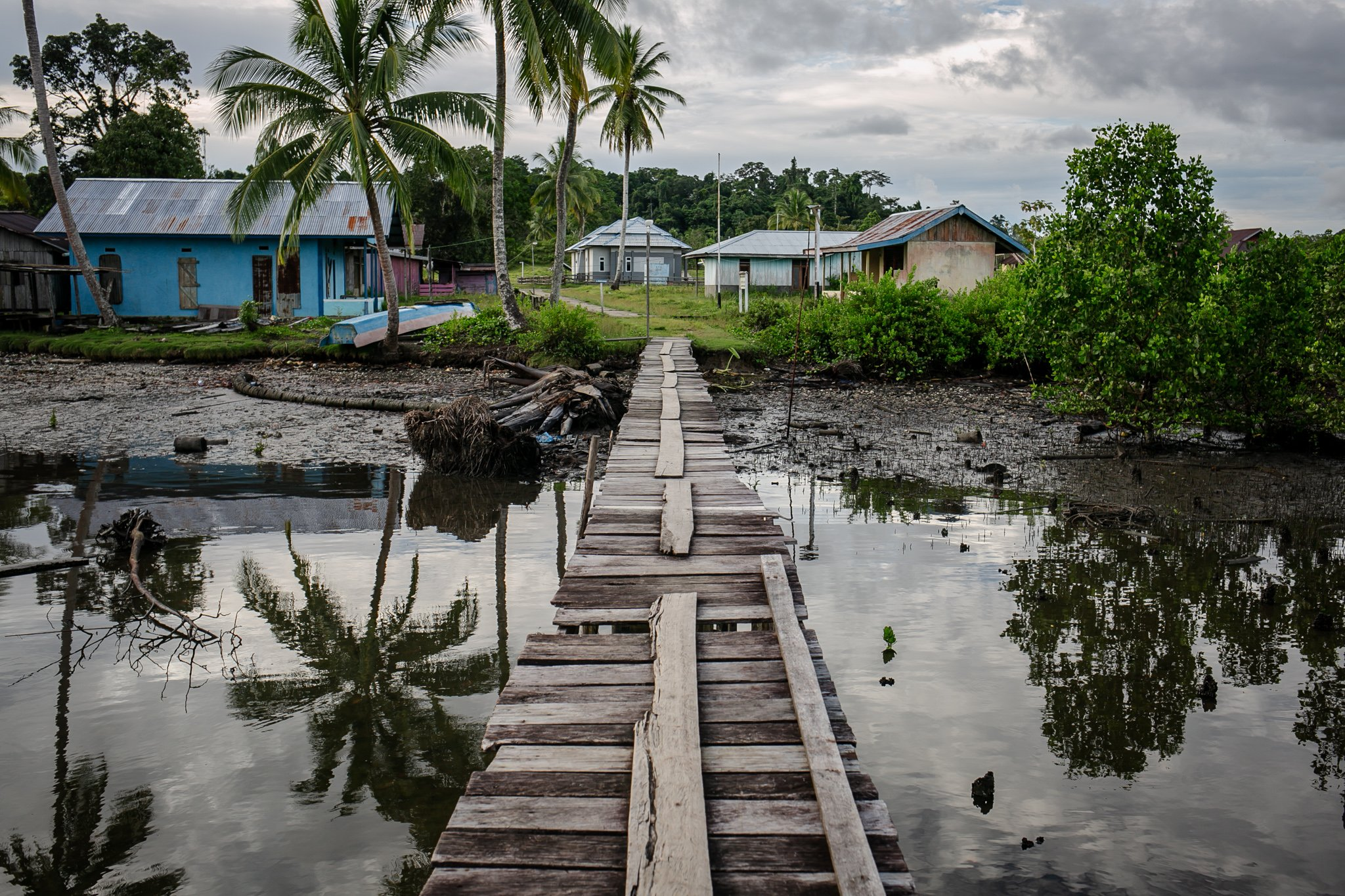 Suasana siang hari di Distrik Segun, Kabupaten Sorong, Papua Barat, Minggu, (19/9/2021). Mayoritas masyarakat di Kampung Adat ini merupakan masyarakat aseli Suku Moi, Sebanyak 42 KK dan 280 jiwa bermukim di wilayah distrik perairan ujung Kabupaten Sorong.