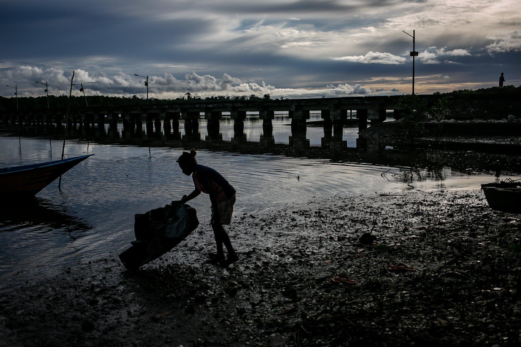 Seorang wanita menyiapkan peralatan memancing di Distrik Segun, Kabupaten Sorong, Papua Barat, Minggu, (19/9/2021). Mayoritas masyarakat di Kampung Adat ini merupakan masyarakat aseli Suku Moi, Sebanyak 42 KK dan 280 jiwa bermukim di wilayah distrik perairan ujung Kabupaten Sorong.