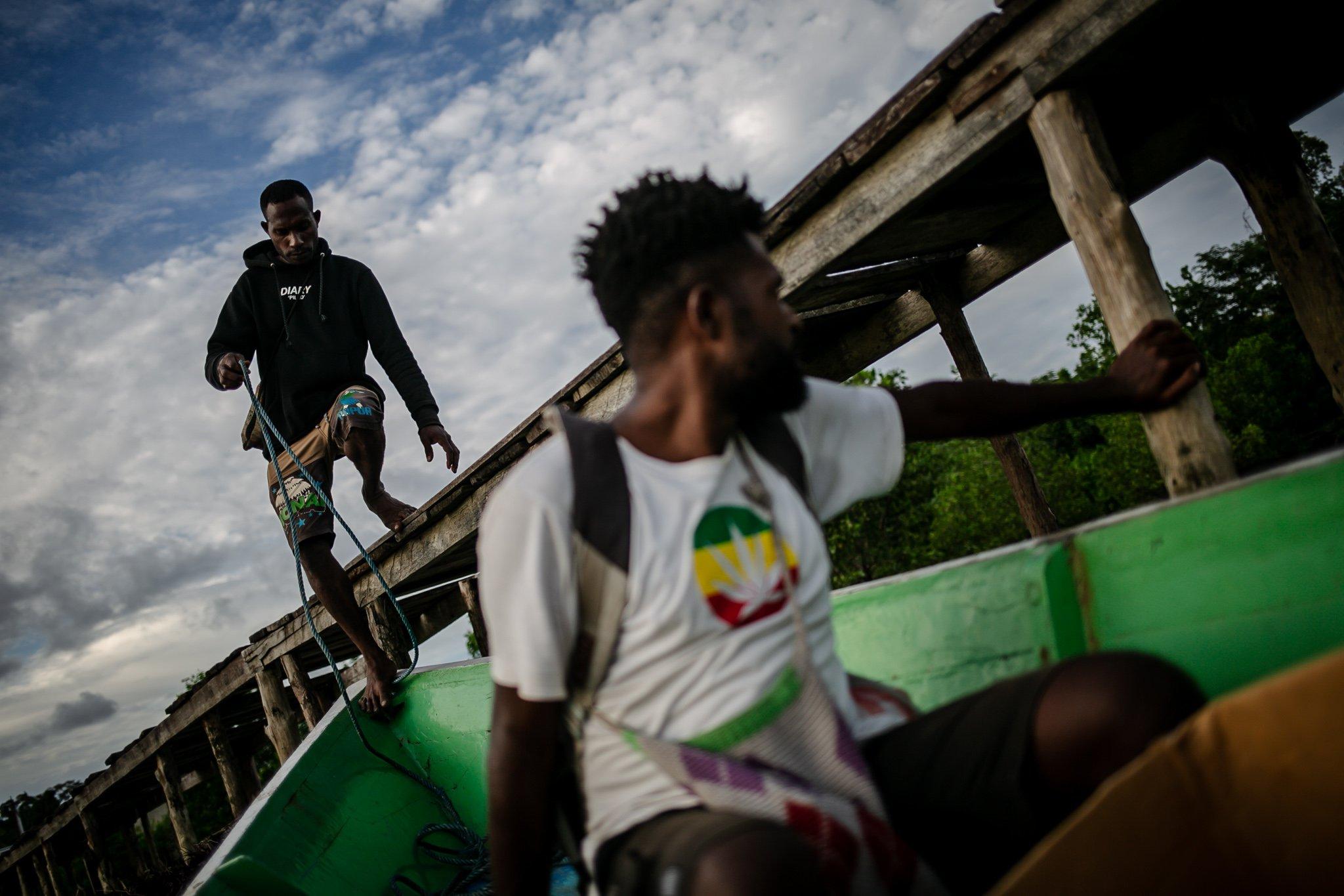 Sejumlah warga menaiki perahunya di Distrik Segun, Kabupaten Sorong, Papua Barat, Minggu, (19/9/2021). Mayoritas masyarakat di Kampung Adat ini merupakan masyarakat aseli Suku Moi yang masih bergantung dengan hasil hutan dan laut untuk makan sehari-hari.