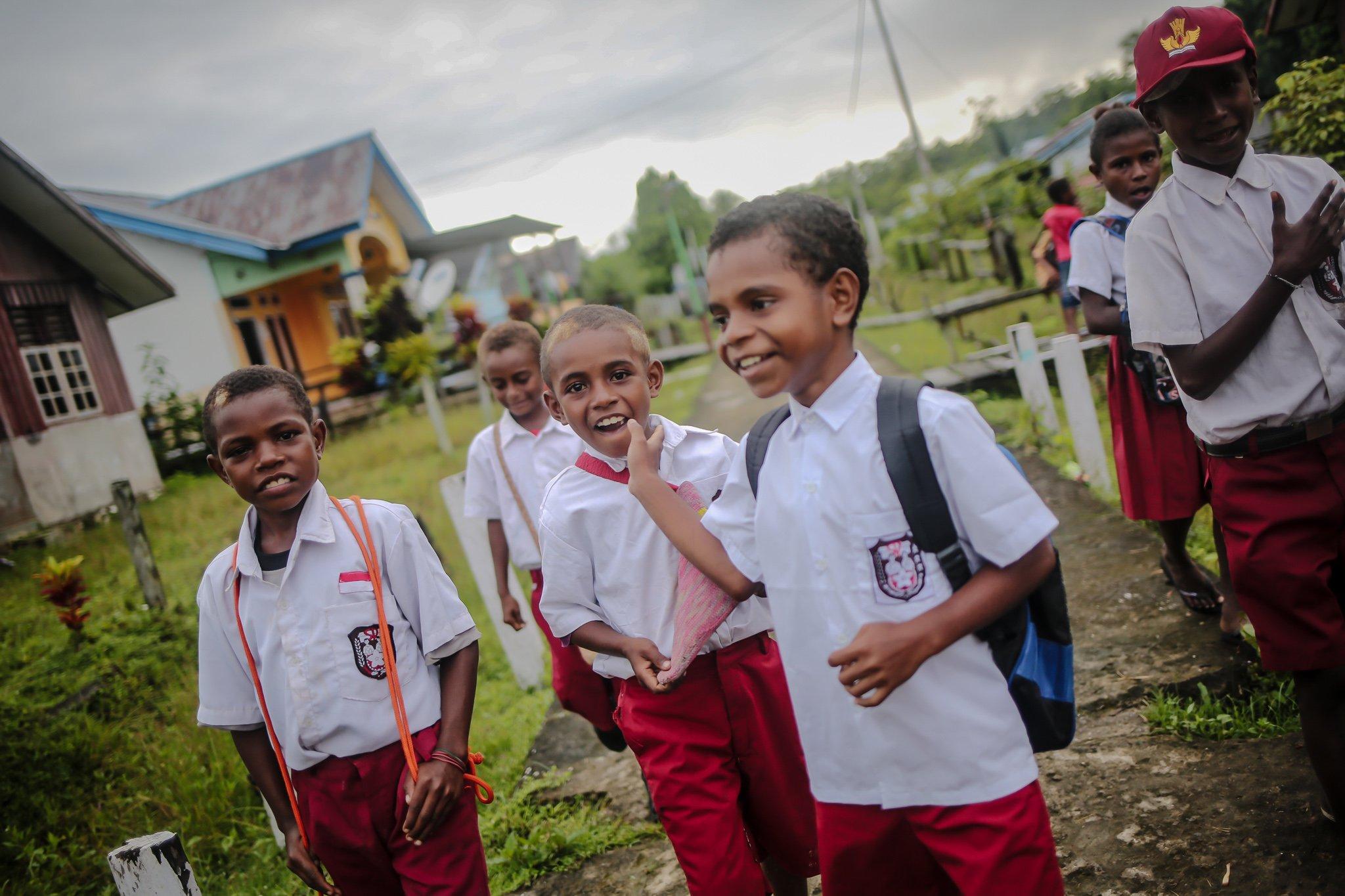 Sejumlah anak-anak meneganakan seragam berangkat sekolah di Distrik Segun, Kabupaten Sorong, Papua Barat, Minggu, (19/9/2021).