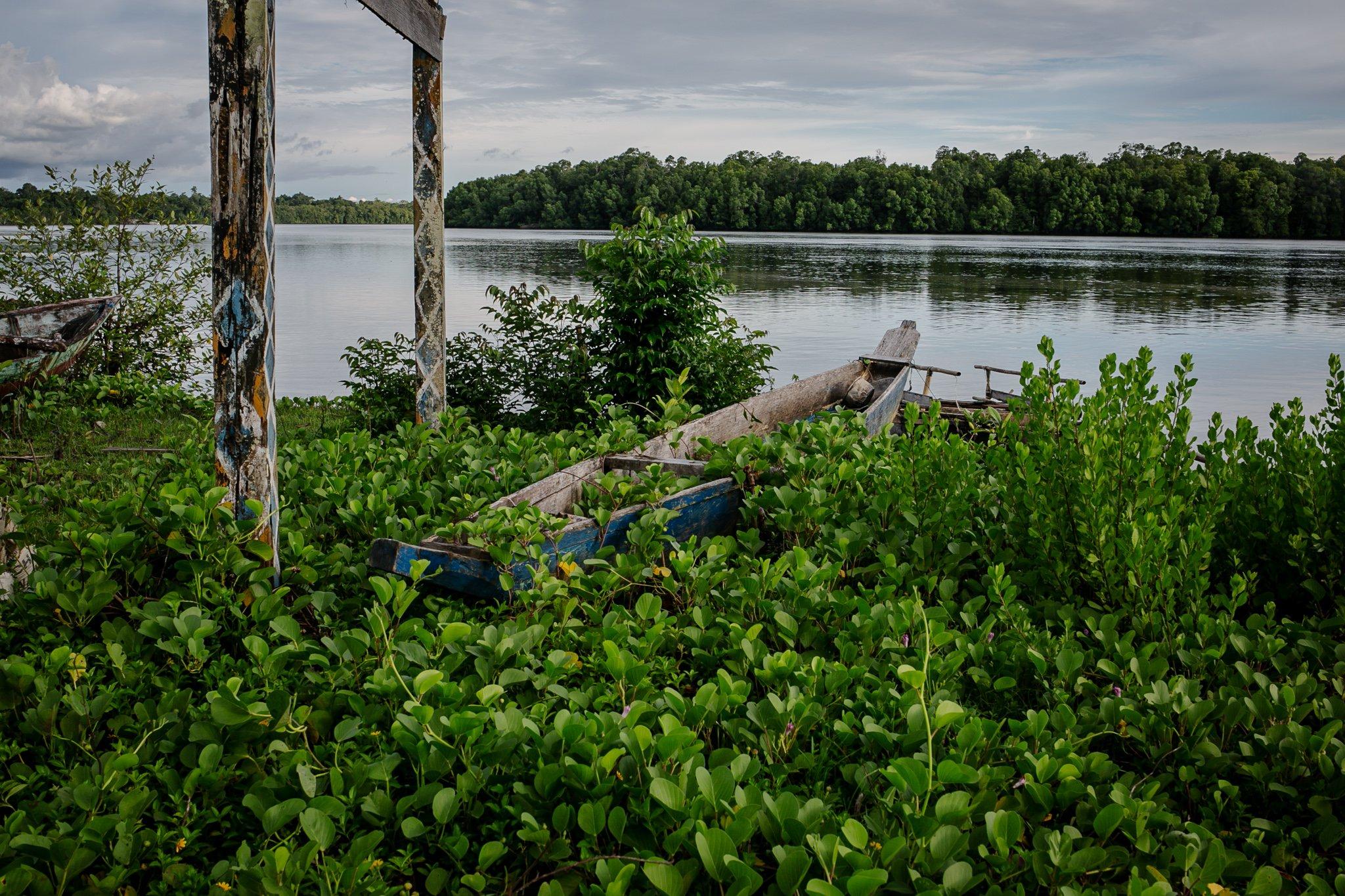 Bangkai perahu di Distrik Segun, Kabupaten Sorong, Papua Barat, Minggu, (19/9/2021). Terputusnya akses jalan darat membuat masyarakat adat Suku Moi harus menggunakan perahu dan merogoh kocek lebih tinggi sebesar Rp. 100.000 untuk sekali menumpang.