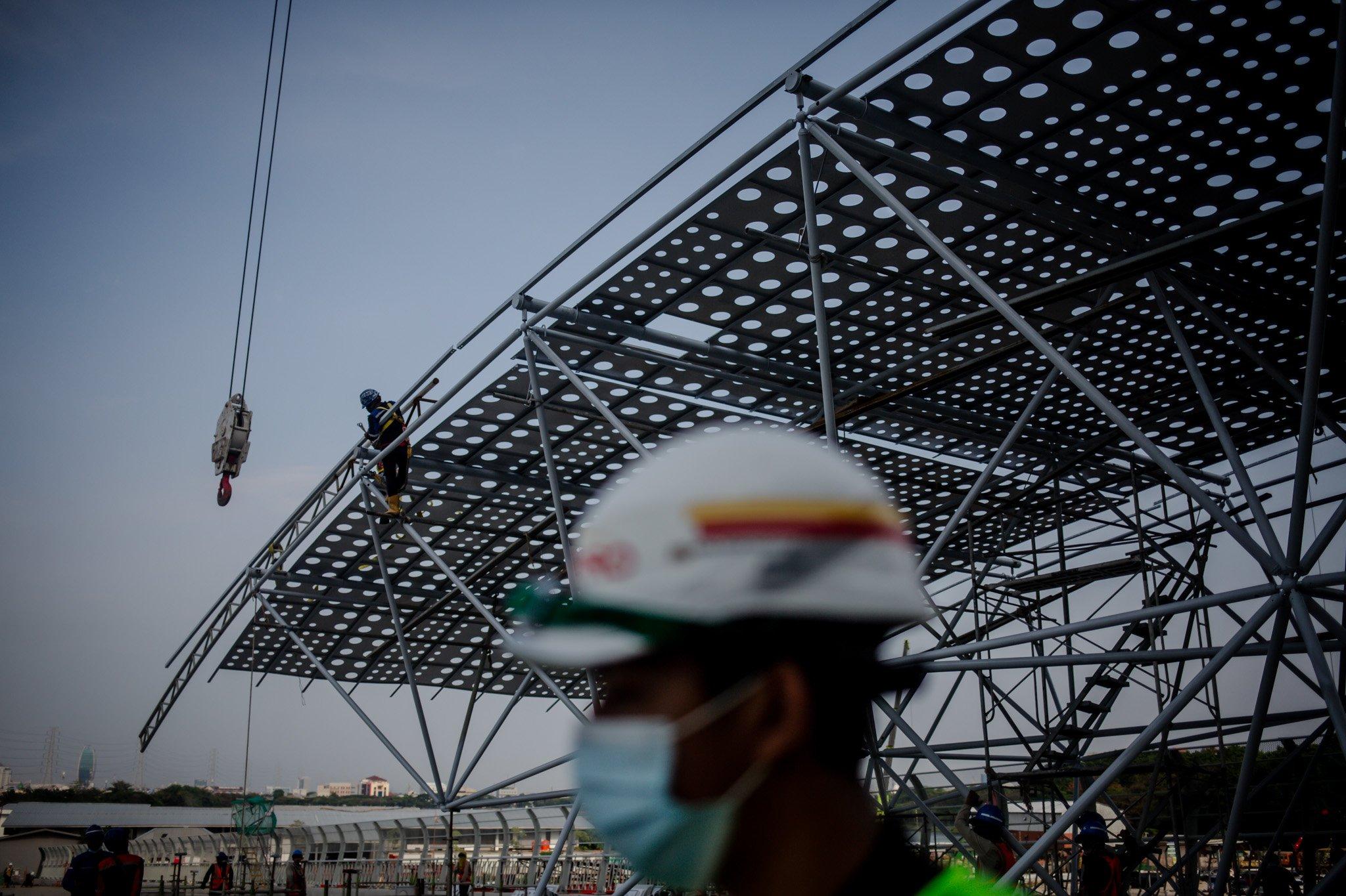 Pekerja menyelesaikan pengerjaan kontruksi Jakarta International Satdium (JIS) Tanjung Priok, jakarta utara, Selasa, (28/9/2021). Mega proyek ini ditargetkan rampung pada bulan Oktober 2021. Namun, berdasarkan informasi terakhir yang diberikan oleh Gubernur DKI Jakarta Anies Baswedan lewat akun instagram resminya, pada minggu ke sembilan puluh delapan pembangunan masih dalam tahap 73,80 persen.