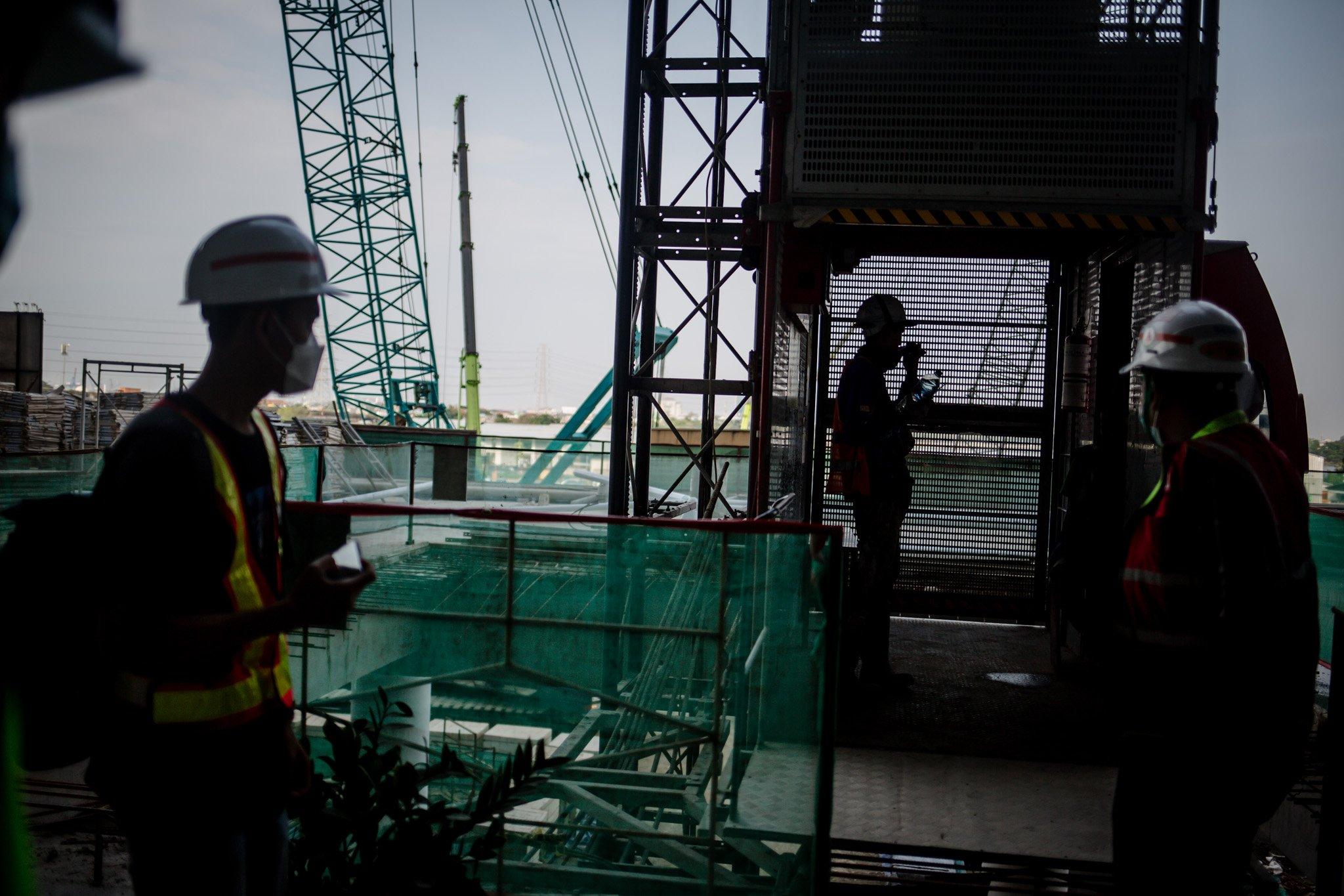 Pekerja menaiki lift saat menyelesaikan pengerjaan kontruksi Jakarta International Satdium (JIS) Tanjung Priok, jakarta utara, Selasa, (28/9/2021). Mega proyek ini ditargetkan rampung pada bulan Oktober 2021. Namun, berdasarkan informasi terakhir yang diberikan oleh Gubernur DKI Jakarta Anies Baswedan lewat akun instagram resminya, pada minggu ke sembilan puluh delapan pembangunan masih dalam tahap 73,80 persen.