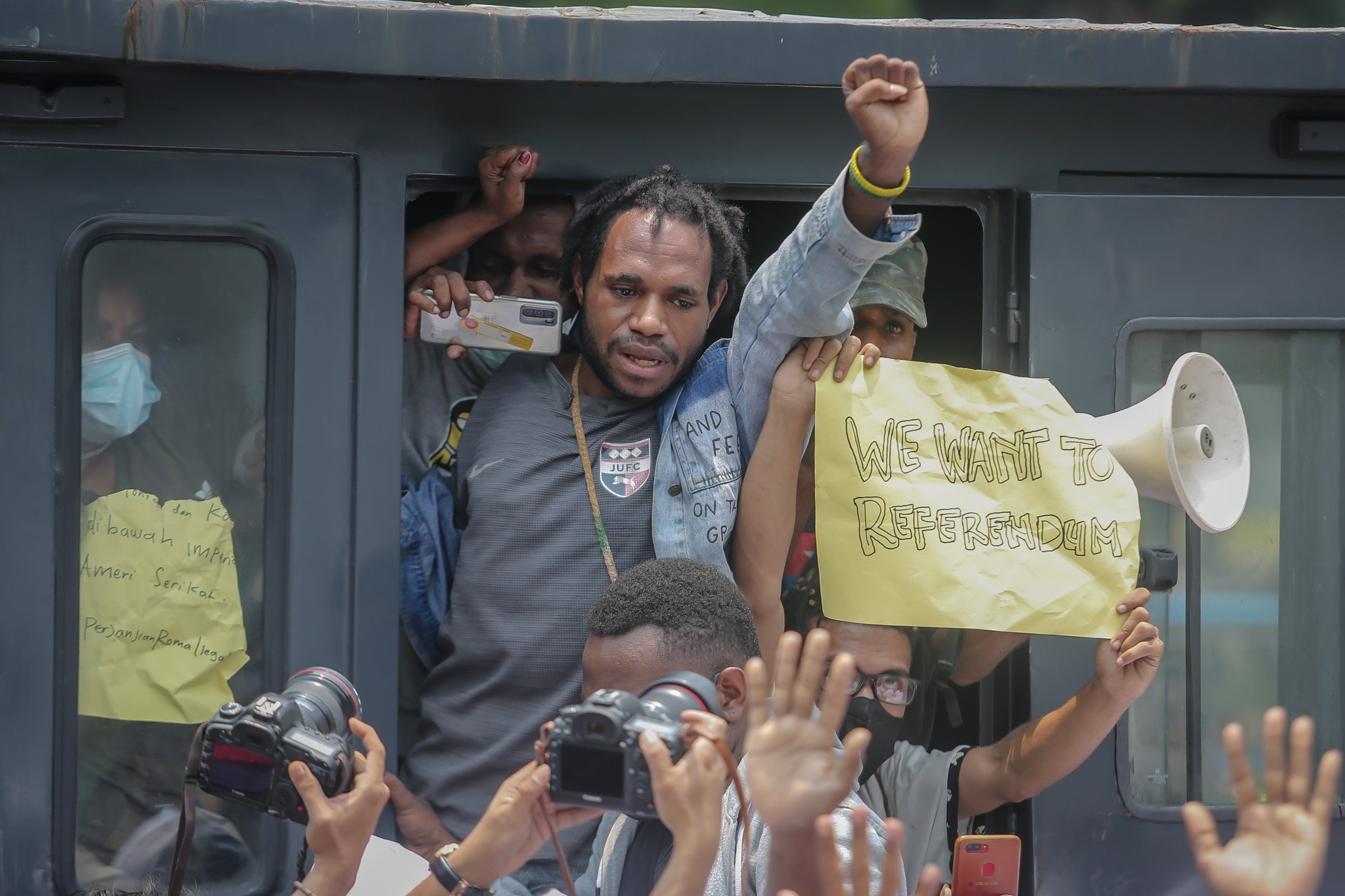 Sejumlah pengunjuk rasa yang tergabung dalam Aliansi Mahasiswa Papua (AMP) diamankan pihak kepolisian saat menggelar aksi unjuk rasa peringatan Roma Agreement ke-59 di Depan Kedutaan Amerika Serikat, Jakarta, Kamis, (30/9/2021).
