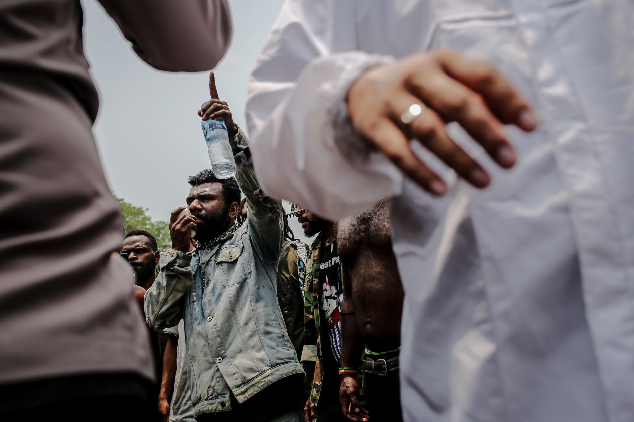 Sejumlah pengunjuk rasa yang tergabung dalam Aliansi Mahasiswa Papua (AMP) menyampaikan pendapat saat aksi unjuk rasa peringatan Roma Agreement ke-59 di Depan Kedutaan Amerika Serikat, Jakarta, Kamis, (30/9/2021). Dalam penyampaian pendapat tersebut salah satu pengunjuk rasa, menanyakan negara terkait kesejahteraan masyarakat Papua saat ini.