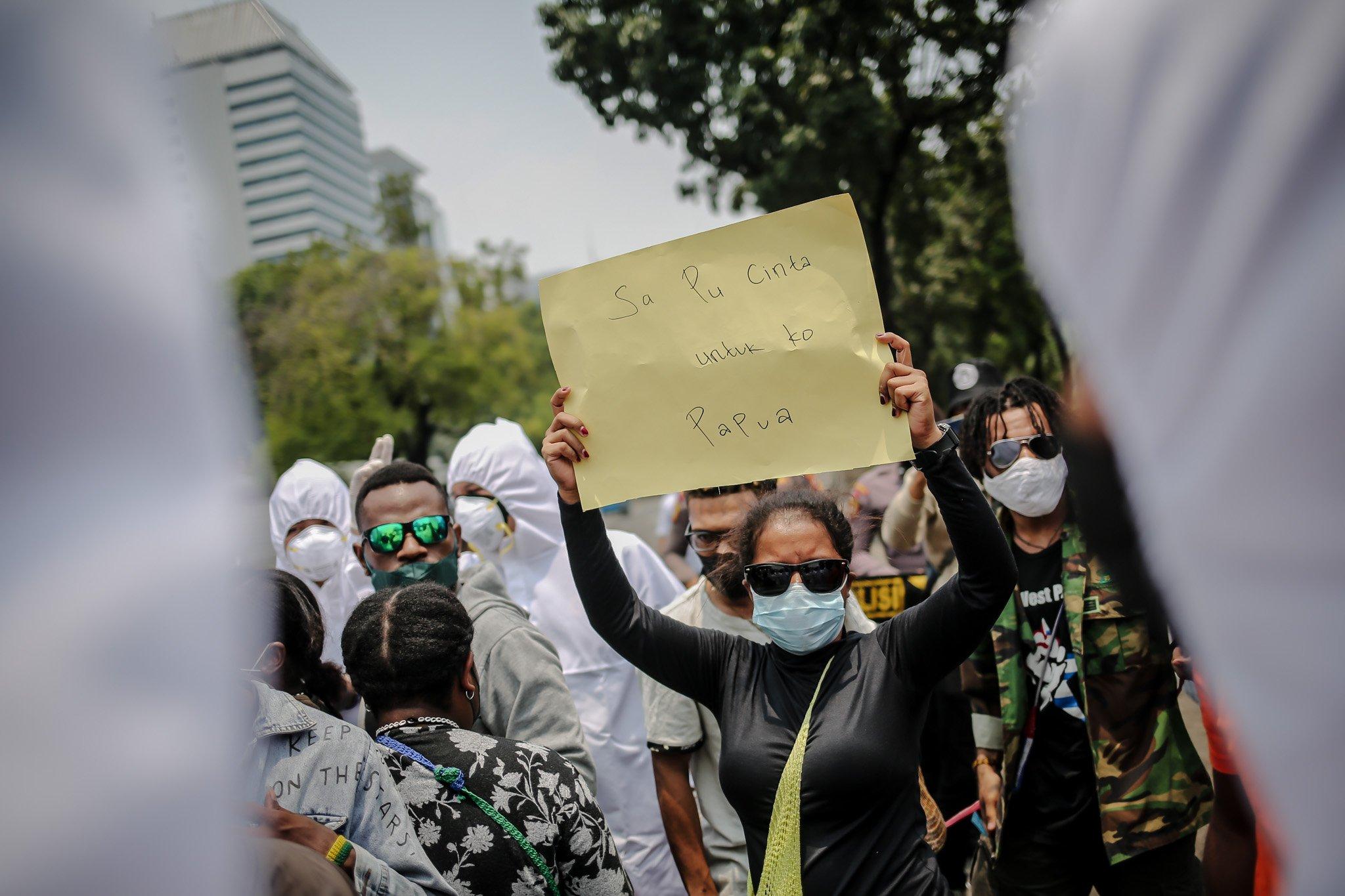 Sejumlah pengunjuk rasa yang tergabung dalam Aliansi Mahasiswa Papua (AMP) mengangkat poster bertuliskan kecintaan terhadap tanah Papua saat aksi unjuk rasa peringatan Roma Agreement ke-59 di Depan Kedutaan Amerika Serikat, Jakarta, Kamis, (30/9/2021).