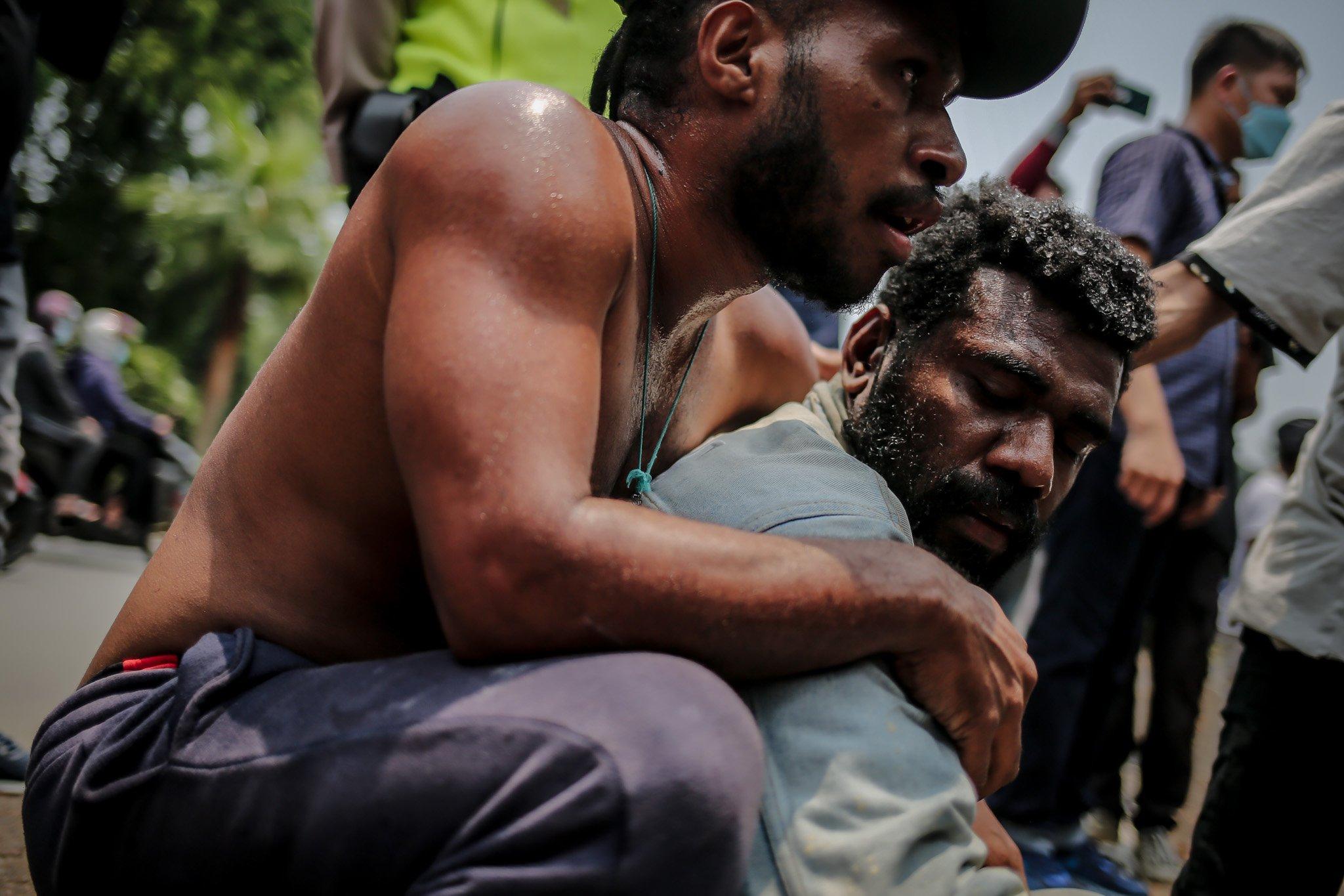 Sejumlah pengunjuk rasa yang tergabung dalam Aliansi Mahasiswa Papua (AMP) memeluk erat rekannya saat diamankan pihak kepolisian dalam aksi unjuk rasa peringatan Roma Agreement ke-59 di Depan Kedutaan Amerika Serikat, Jakarta, Kamis, (30/9/2021). Sebanyak 17 mahasiswa diamankan karena diduga tidak taat protokol kesehatan dan menimbulkan kerumuan di tengah penyebaran Covid-19.