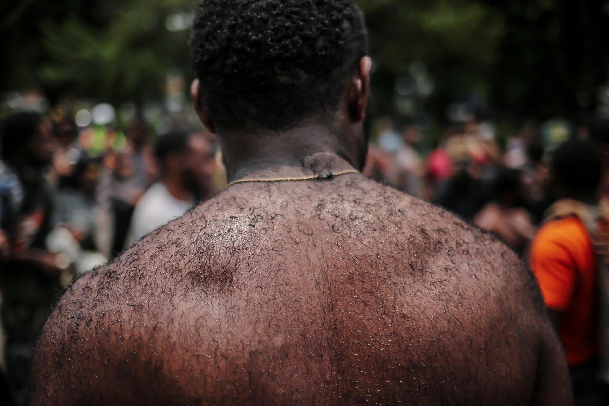 Sejumlah pengunjuk rasa yang tergabung dalam Aliansi Mahasiswa Papua (AMP) membuka baju saat diamankan pihak kepolisian pada aksi unjuk rasa peringatan Roma Agreement ke-59 di Depan Kedutaan Amerika Serikat, Jakarta, Kamis, (30/9/2021).