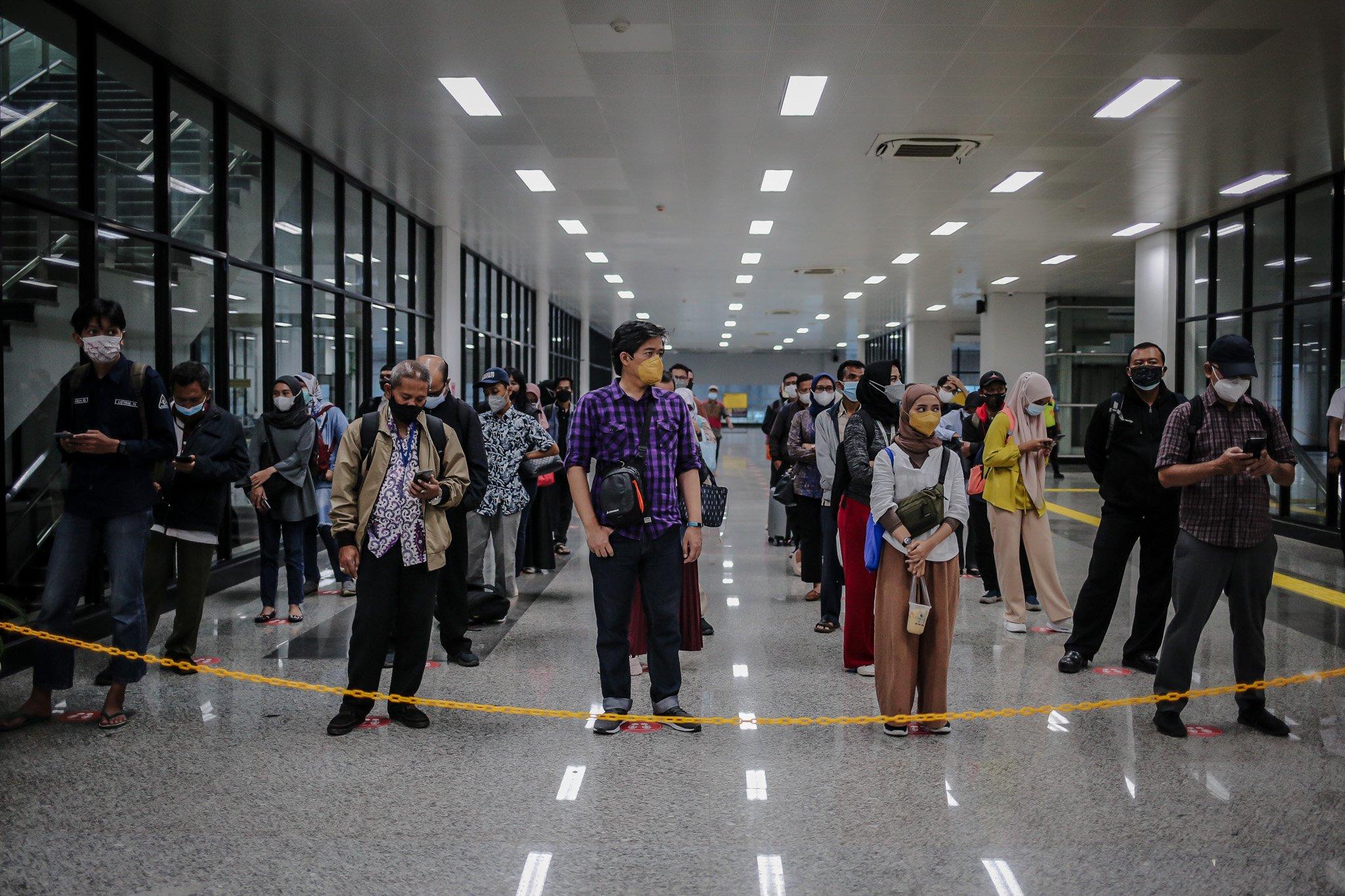 Calon penumpang antre sebelum menuju peron jalur layang (elevated track) di Stasiun Manggarai, Jakarta, Kamis (30/9/2021).Jalur layang Bogor Line di Stasiun Manggarai telah beroperasi yang terdiri dari empat peron bagi penumpang KRL Commuter Line relasi Jakarta-Bogor, Hingga hari ini, progres konstruksi Stasiun Manggarai sudah mencapai 90,3 persen.