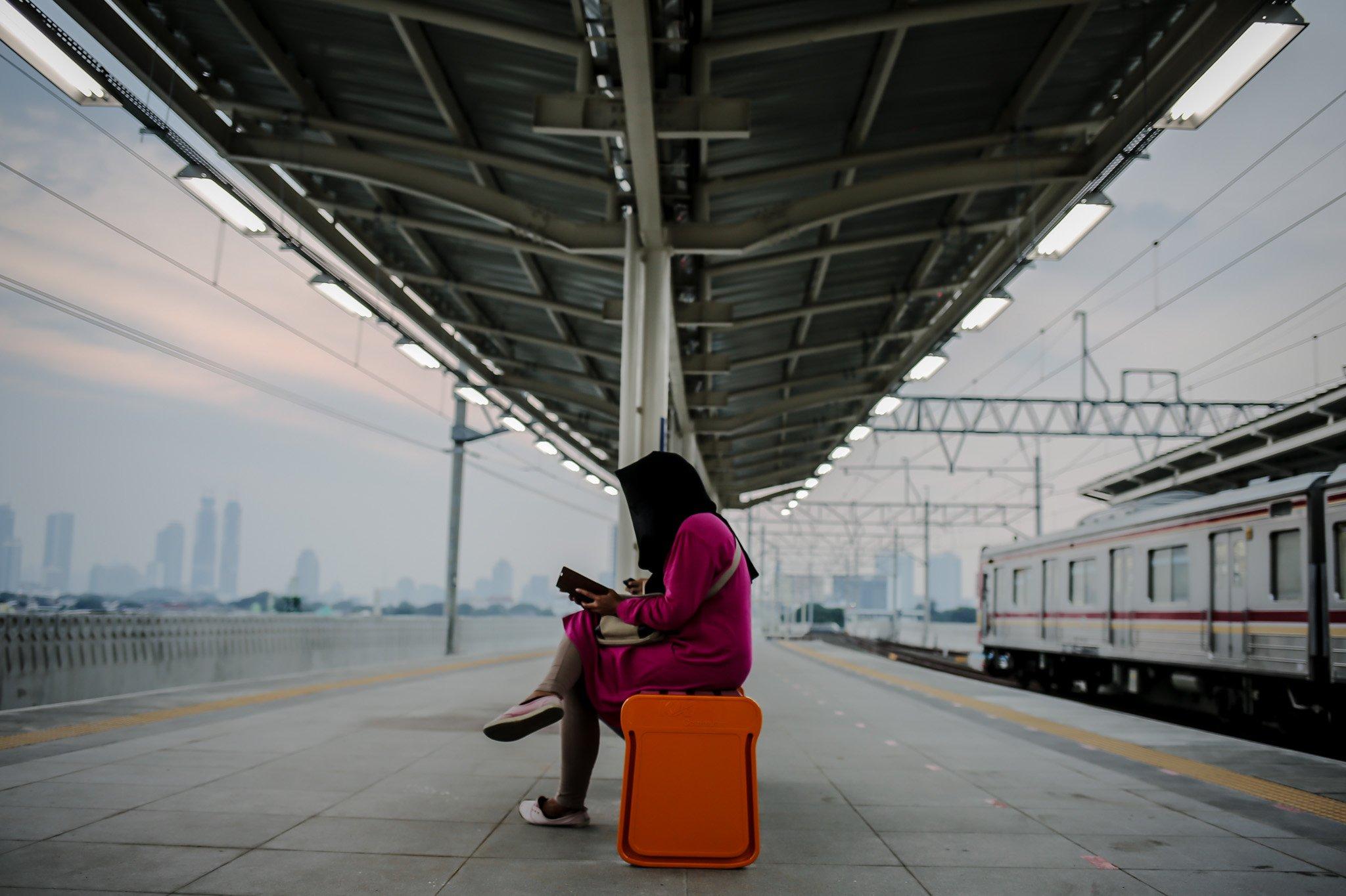 Calon penumpang menuggu di peron jalur layang (elevated track) di Stasiun Manggarai, Jakarta, Kamis (30/9/2021). Jalur layang Bogor Line di Stasiun Manggarai telah beroperasi yang terdiri dari empat peron bagi penumpang KRL Commuter Line relasi Jakarta-Bogor, Hingga hari ini, progres konstruksi Stasiun Manggarai sudah mencapai 90,3 persen.