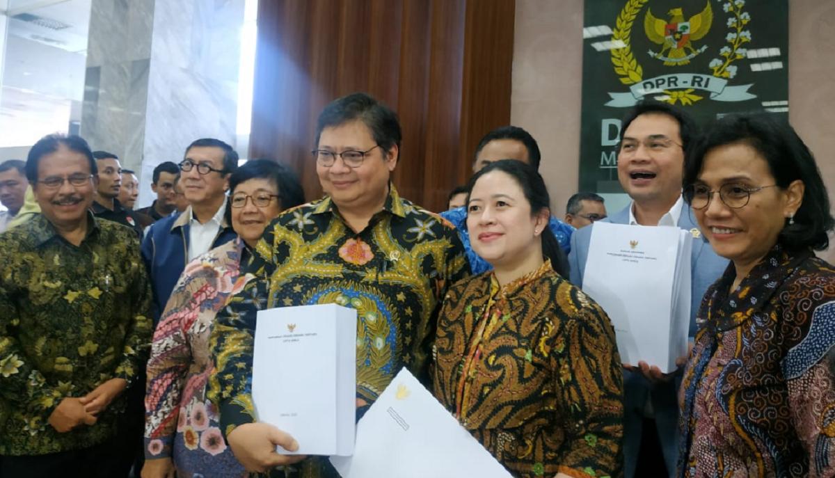 Menteri Koordinator Bidang Perekonomian Airlngga Hartarto beserta sejumlah ikut hadir dalam penyerahan draf Rancangan Undang-undang Omnibus Law Cipta