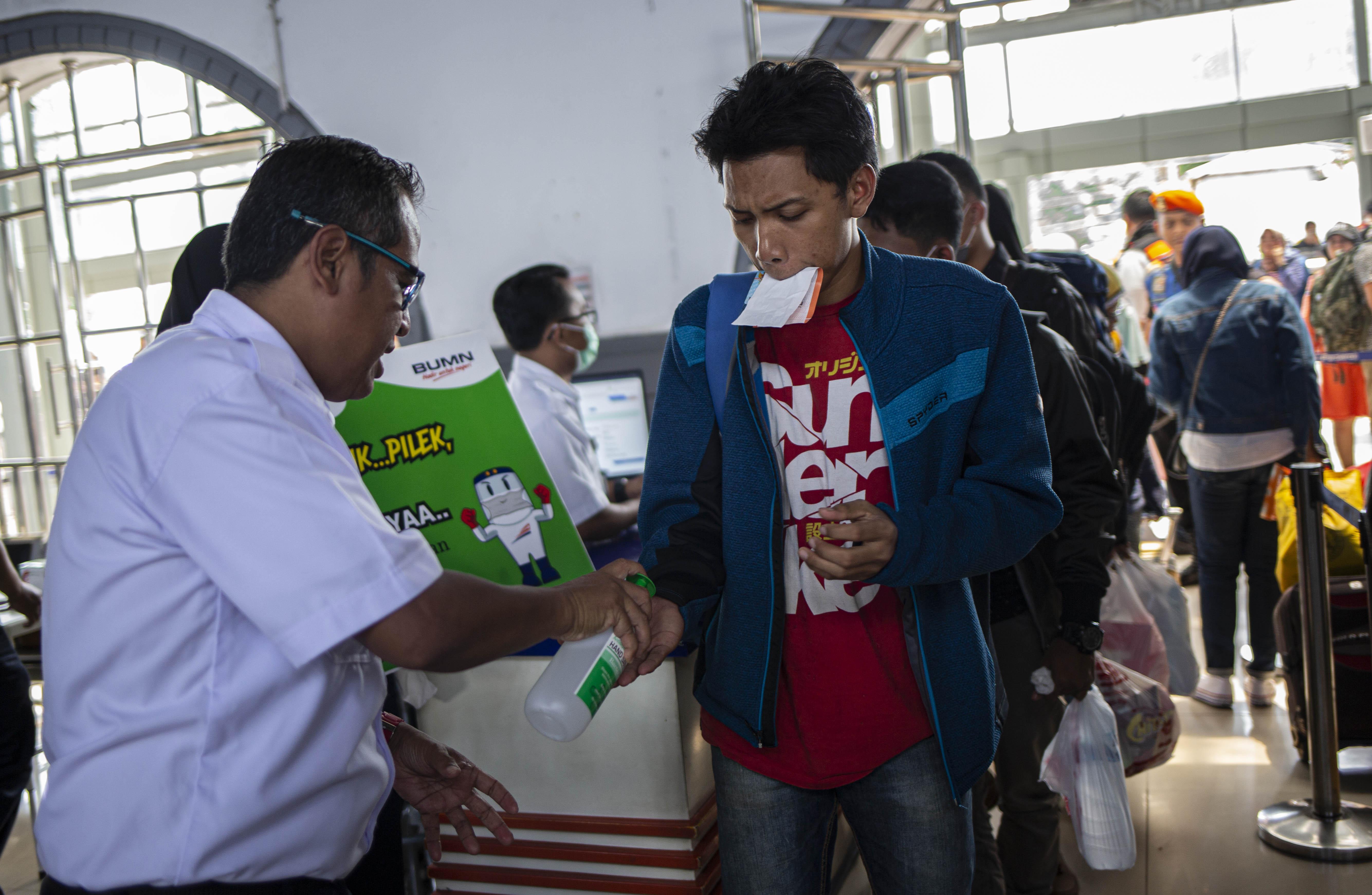 Sosialisasi Virus Corona di Stasiun Pasar Senen