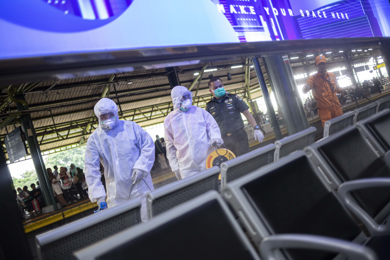 Penyemportan Disinfektan di Stasiun Gambir