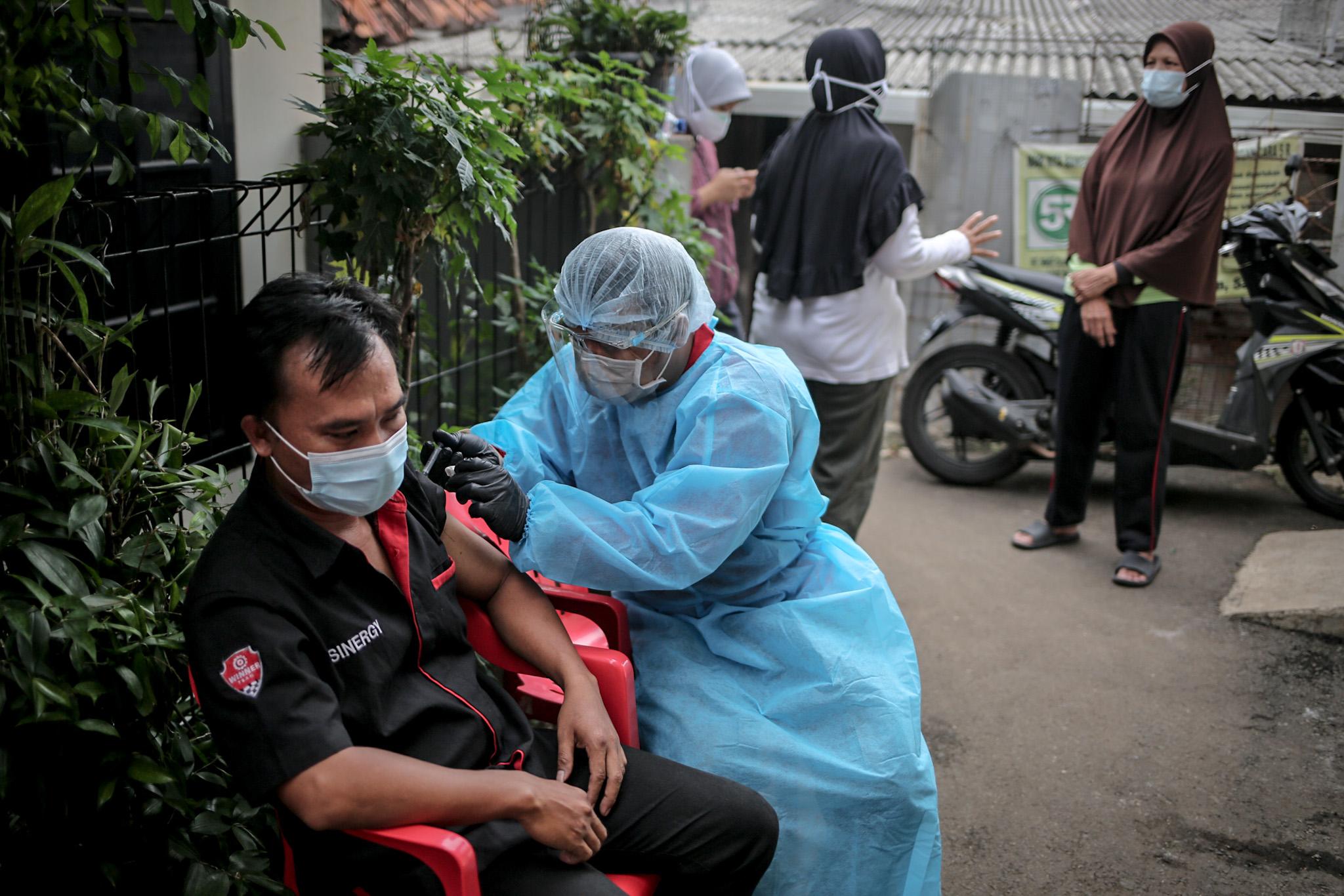 Vaksinasi Covid-19 Door to Door di Cijantung