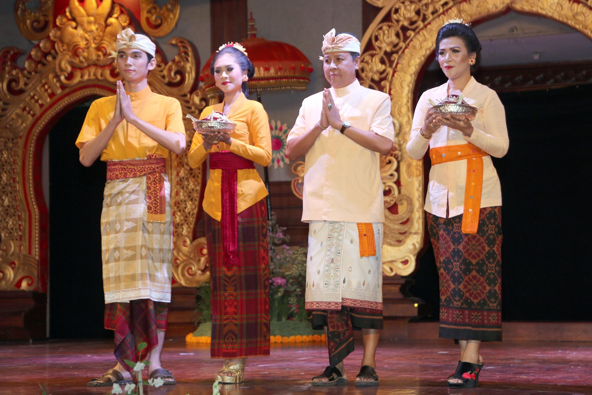 Pakaian adat Bali untuk ke Pura