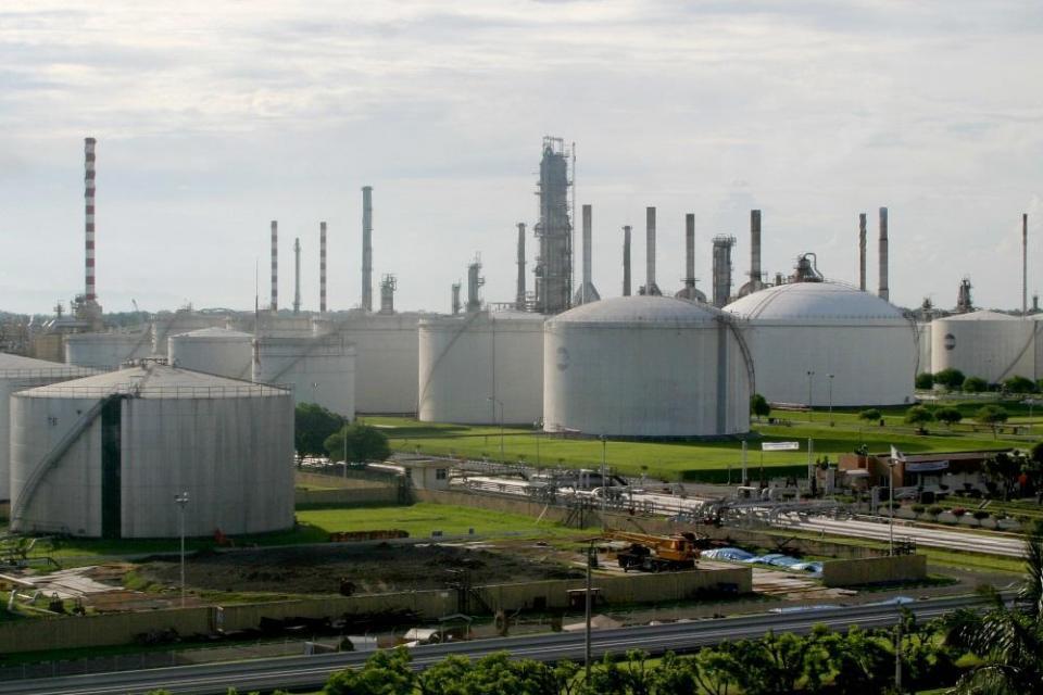 Koordinator Kemaritiman dan Investasi Luhut Binsar Pandjaitan meminta pembangunan megaproyek kilang Pertamina dipercepat