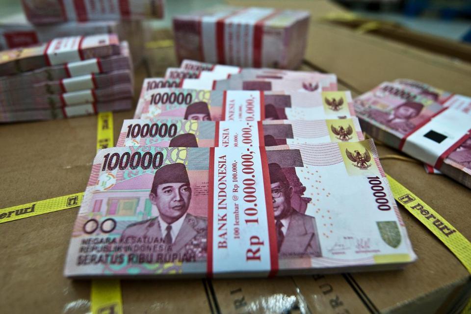 Uang rupiah pecahan baru Rp 100.000 di Cash Centre Bank BNI 46, Jakarta, Senin (18/08). Bank Indonesia merilis desain uang pecahan baru Rp 100.000 yang disesuaikan dengan perundangan baru yang berlaku.