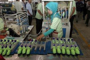 Buruh Pabrik Sepatu