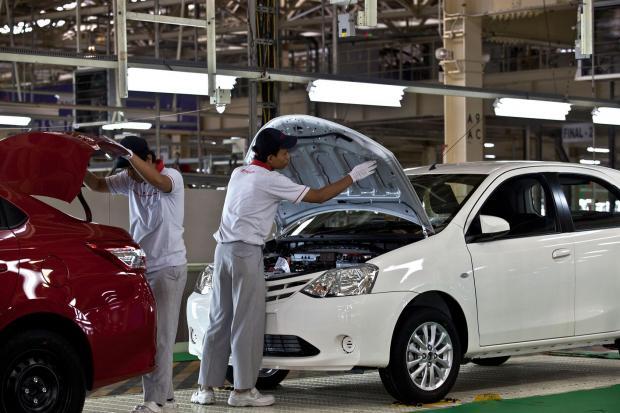 Pekerja melakukan pemeriksaan akhir pada kendaraan sedan All New Vios di pabrik Toyota Karawang 2, Kawasan Industri Karawang International Industrial City, Karawang, Jawa Barat.