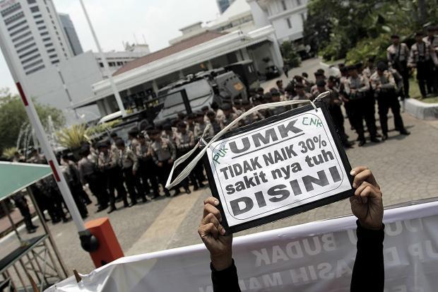 Aksi demonstrasi para buruh menuntut kenaikan upah.