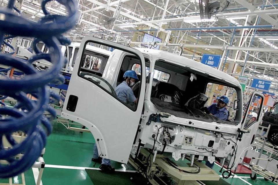 Suasana aktivitas pabrik perakitan kendaraan milik PT Isuzu Astra Motor Indonesia (IAMI) di Kawasan Industri Suryacipta, Karawang Timur, Jawa Barat.