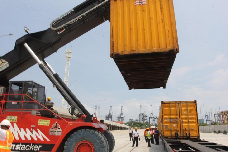 Suasana uji coba uji coba atau try out pengoperasian kereta khusus dan bongkar muat kontainer barang di Pelabuhan Tanjung Priok, Jakarta, Kamis (18/02). Menko Kemaritiman Rizal Ramli yang hadir meninjau ingin memastikan kereta angkutan barang ini bisa seg