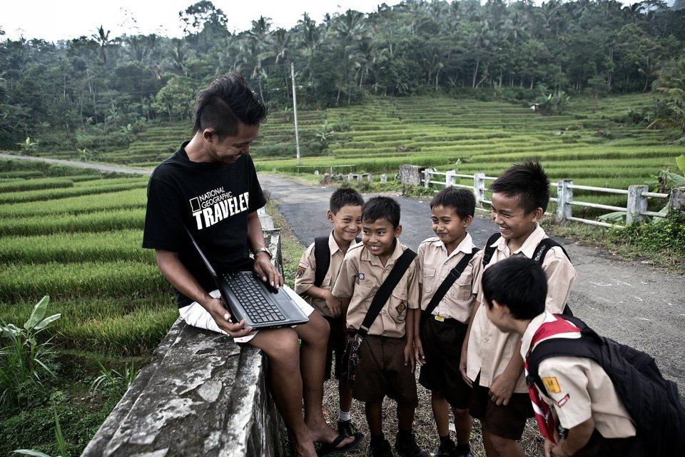 Seorang pria menunjukan koneksi internet menggunakan sarana Wifi yang hadir hingga di tengah jalan desa yang di kelilingi persawahan di desa Melung, kecamatan Kedung Banteng, Banyumas, Jawa Tengah.