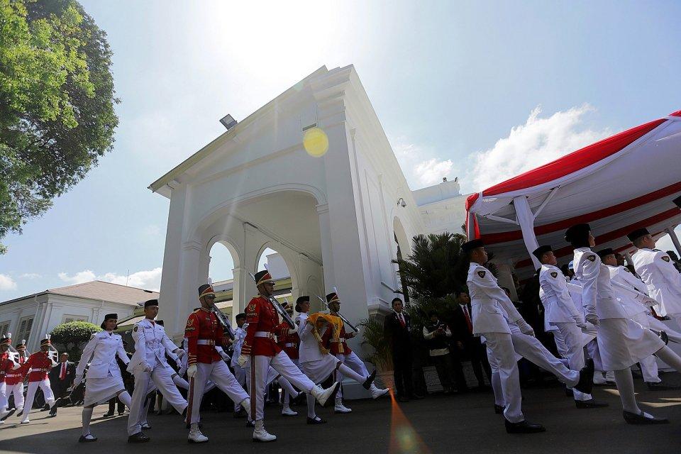 Pasukan Pengibar Bendera Pusaka bersiap mengibarkan bendera Merah Putih dalam Upacara 17 Agustus 2016 di Istana Merdeka, Jakarta, Rabu, (17/08).