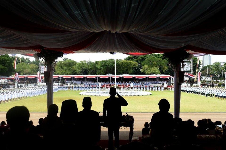 Presiden Joko Widodo bertindak sebagai Inspektur Upacara dalam peringatan HUT Ke-71 RI di Istana Negara.