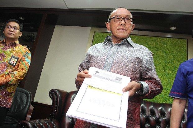 Bos Grup Bakrie, Aburizal Bakrie, menerima Surat Keterangan Pengampunan Pajak dari Dirjen Pajak Ken Dwijugiasteadi di Kantor Pusat Direktorat Jenderal Pajak, Jakarta, Kamis, (29/9).