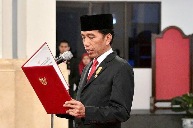 Presiden Joko Widodo melantik Ignatius Jonan dan Arcandra Tahar sebagai Menteri dan Wakil Menteri Energi dan Sumber Daya Mineral (ESDM) di Istana Negara, Jakarta, Jumat (13/10).