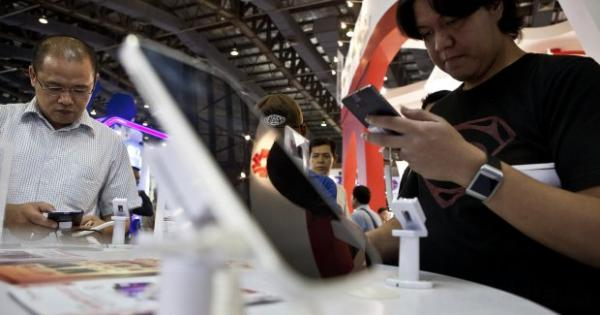 TRIO Fokus Pengembangan Bisnis, Trikomsel Kaji Rencana Private Placement | Katadata News