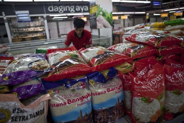 Seorang karyawan sedang menata beras di retail modern. Bulog akan mulai memasok beras medium dan bahan pokok lain seperti minyak goreng ke gerai retail modern.
