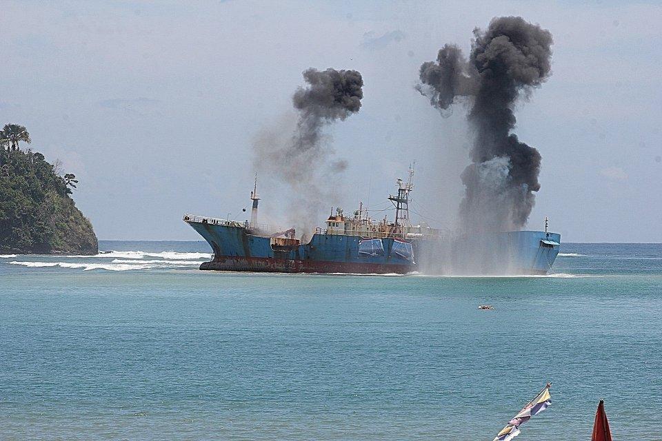 Penenggelaman kapal ikan ilegal, FV Viking, milik buronan Interpol Norwegia di Perairan Tanjung Batu Mandi, Pangandaran, Jawa Barat, 14 Maret 2016.