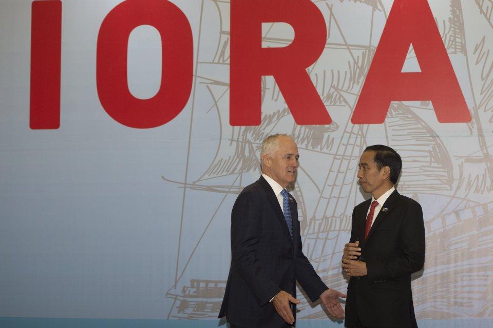 Presiden Joko Widodo (kanan) berbincang dengan Perdana Menteri Australia Malcolm Turnbull (kanan)