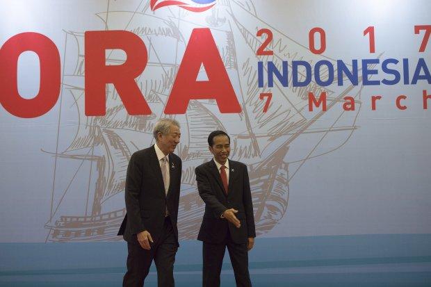 Presiden Joko Widodo (kanan) menyambut Deputi Perdana Menteri Singapura Teo Chee Hean