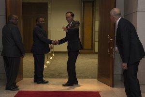 Presiden Joko Widodo (kedua kanan) berjabat tangan dengan Presiden Mozambik Filipe Nyusi