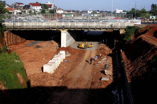 Suasana pembangunan tol Cijago di kawasan Depok, Jawa Barat, Senin (13/3). Kementerian PUPR berupaya mempercepat pembangunan tol tersebut meski pembebasasan lahan belum tuntas 100 persen, konstruksi fisik proyek tol jalan Tol Cinere- Jagorawi (Cijago) sek